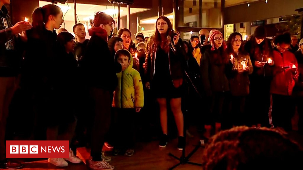 104060919 p06q2zhn - Pittsburgh synagogue shooting: Crowds sing at vigil