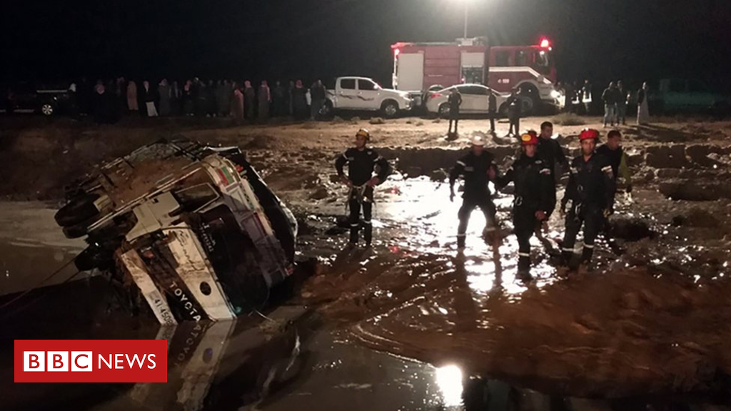 104254290 050502590 - Jordan flash floods: Seven killed and tourists evacuated from Petra