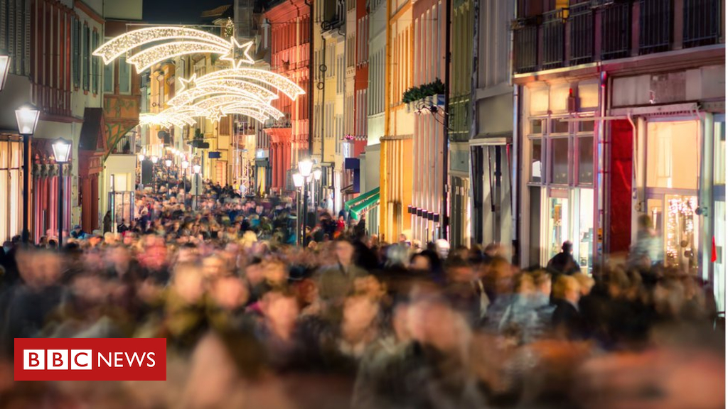 104608683 gettyimages 624124526 - The worst things about working in shops at Christmas