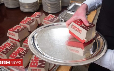 105185038 p06y39w0 - US President Donald Trump serves fast food to White House guests