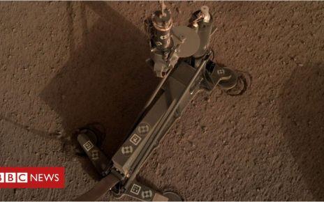 105912942 hp3 auf marsboden - Nasa InSight probe: Mars 'mole' hits blockage in its burrow