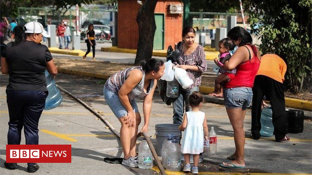 106116494 p0744w18 - Venezuelans collect mountain run-off as water shortages persist
