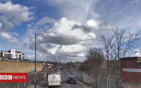 106355023 capture - Newham: Man dies after gun and knife attack