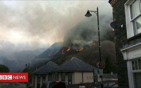 106555477 p0775gfn - Blaenau Ffestiniog mountain fire: Homes evacuated by blaze