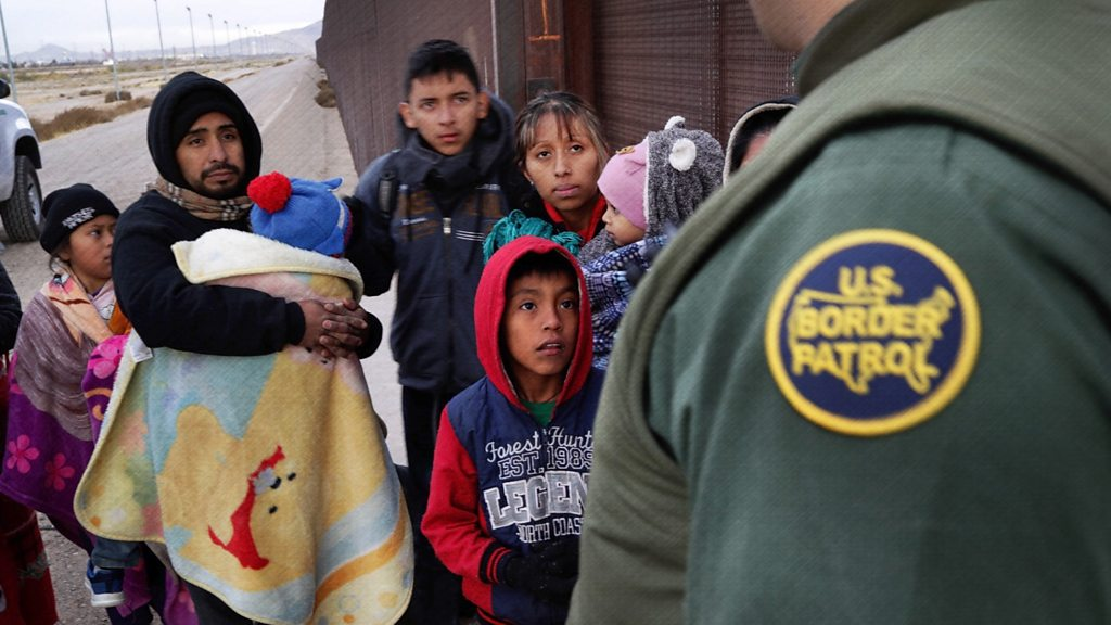 p076sjds - Militia detains migrants at gunpoint along the US-Mexico border