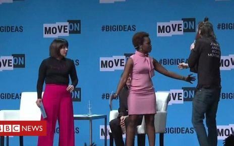 107201074 p07c08lq - Kamala Harris: Democratic candidate has microphone grabbed by man