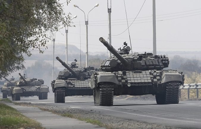 epa04985413 Pro-Russian rebel's tank column drive along a road in the Lugansk region, Ukraine, 20 October 2015. Ukraine and pro-Russian rebels continue to withdraw their guns with a caliber of less than 100 millimeters from the front line in Donetsk and Lugansk areas, in accordance with the Minsk agreement. EPA/ALEXANDER ERMOCHENKO Dostawca: PAP/EPA.
