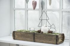 Авторское рождественское украшение окна? Почему бы и нет! Используйте дерево, мох, свечи, добавьте шишки и, возможно, ажурные украшения