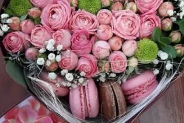 цветы в коробке в виде сердца фото