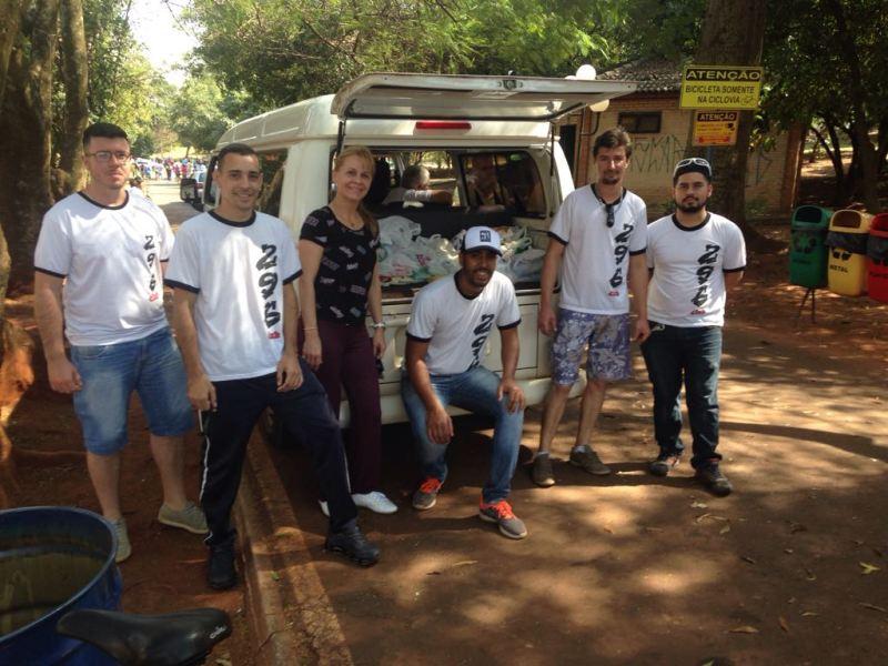 A primeira-dama de Cravinhos, Andréa Gaspar, com os organizadores do evento, que arrecadou alimentos que foram destinados ao Fundo Social de Solidariedade