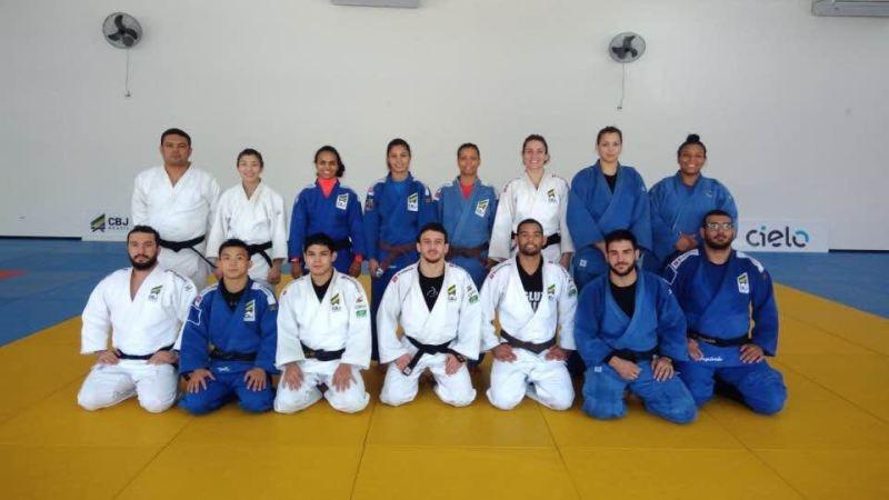 Sibilla juntamente com a equipe que vai representar o Brasil no Mundial em Taipei