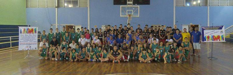 Integrantes do Basquete sobre Rodas de Ribeirão Preto, com atletas do basquete e Cravinhos e autoridades municipais
