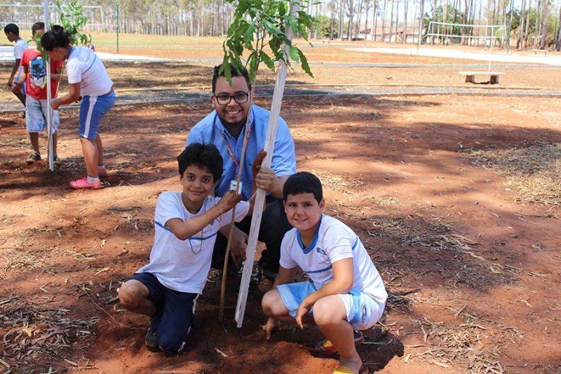 Crianças plantam mudas em comemoração ao Dia da Árvore