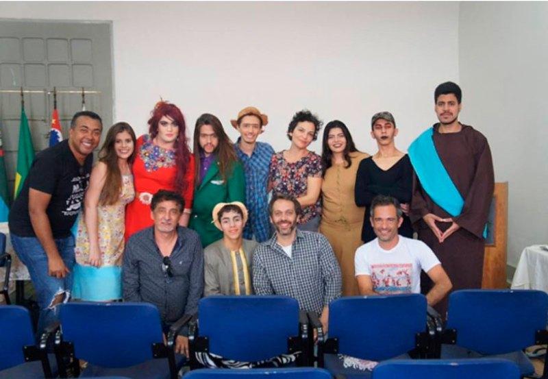 Grupo de Teatro de Cravinhos com representantes do Festival de Jundiaí