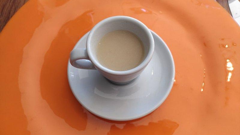 Um caldinho servido numa xícara de café.