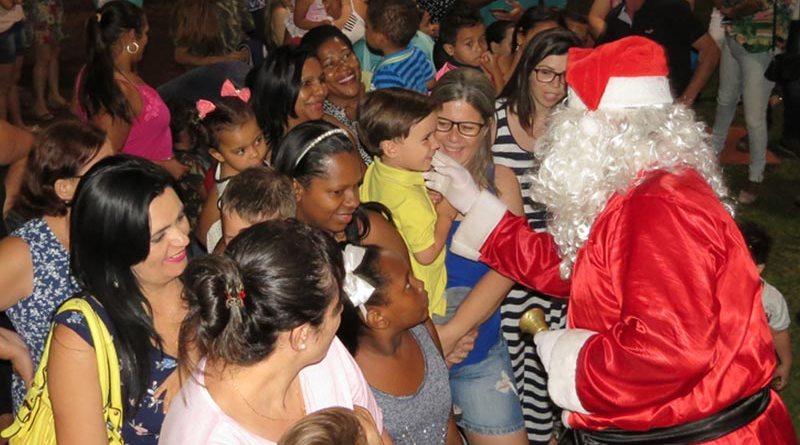 Papai Noel faz a festa na Praça Central de Cravinhos