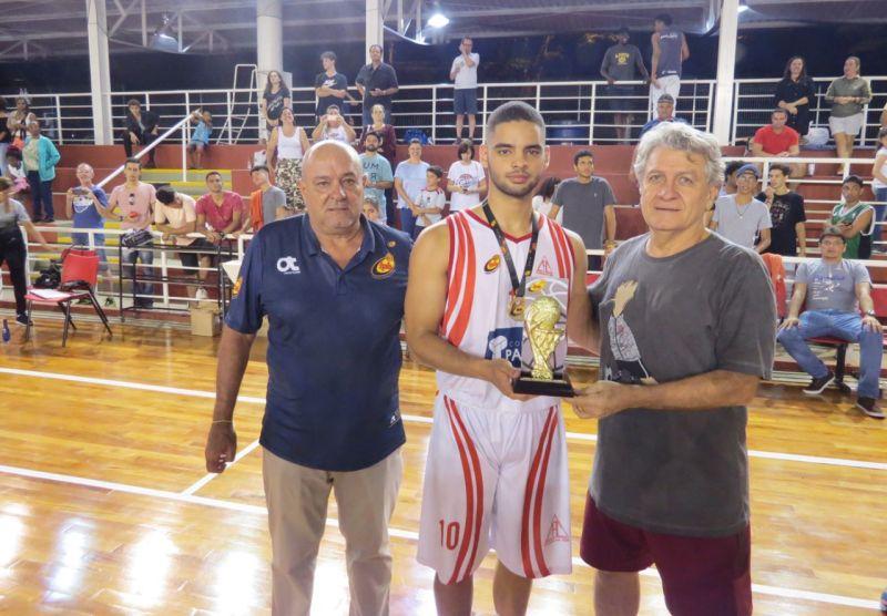 O capitão da equipe Sub-16 de Cravinhos, Gabriel Américo, recebe o troféu das mãos do prefeito José Carlos Carrascosa e do representante da FPB, Paulo Eduardo Costa