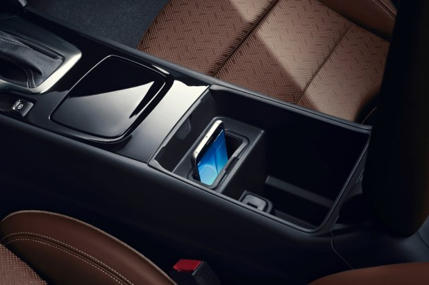 Neat and tidy without cables: Wireless charging enables recharging of smartphones via an electromagnetic field, as shown here in the new Opel Insignia.