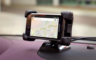 Using the smartphone for navigation: FlexDock mounting system, which is available in the Opel ADAM and Corsa.