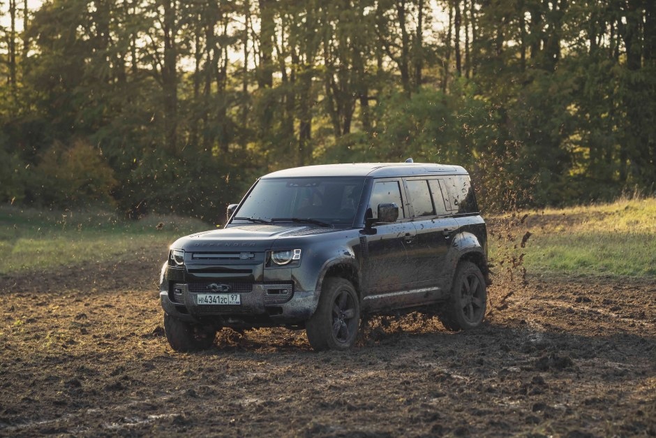 Behind the scenes image of the New Land Rover Defender featured in No Time To Die _02