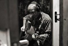 Eme Navarro grabando acústicas.