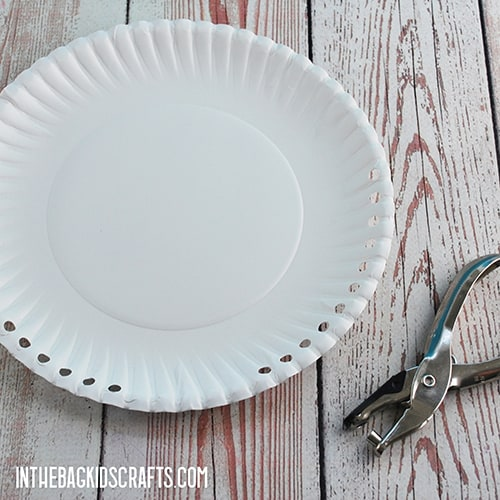 PAPER PLATE CHRISTMAS CRAFT STEP 1