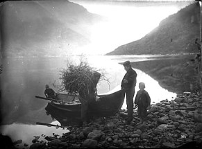 Father_and_children_at_Odda_abt_1880