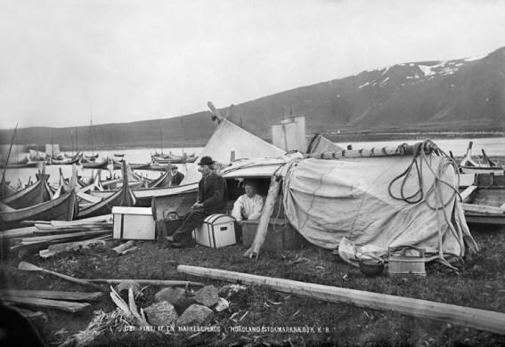 """UBB-KK-1318-1581. """"Parti af en Markedsplads i Nordland. (Stokmarknæs)."""" Fotograf: Knud Knudsen. 1875/76"""