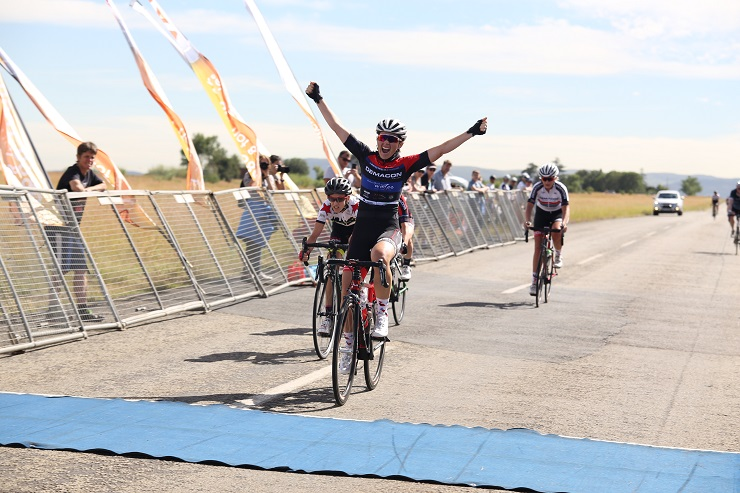 An image of Lynette Burger winning the 2018 Fast One cycle race.