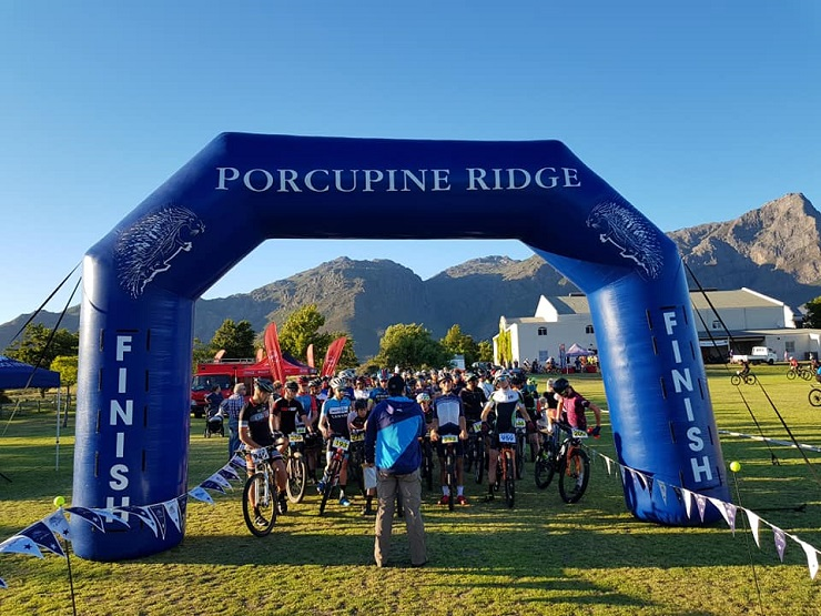 Mountain bikers lining up for the Porcupine Ridge MTB Challenge