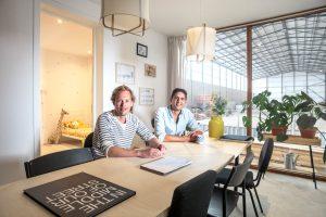 Oprichter Joost Hoffman en Operationeel Directeur Faraz Karamati van MOOS bij hun modulaire woning.