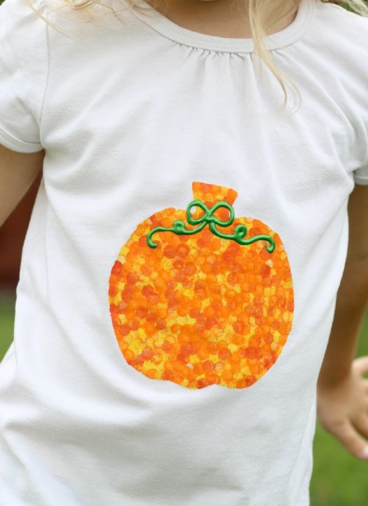 DIY pencil eraser stamped pumpkin t shirt for kids this Halloween. What a cute idea, and so simple to make