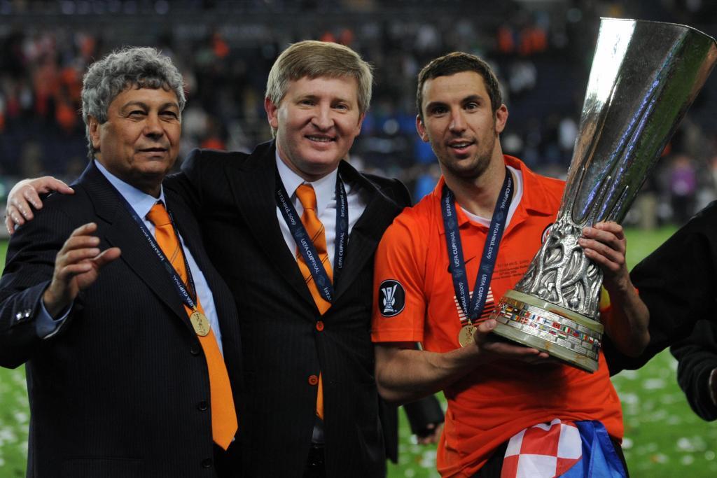 Ο νυν προπονητής της Ντιναμό Κιέβου, Μιρτσέα Λουτσέσκου μαζί με τους Ρινάτ Αχμέτοφ (ιδιοκτήτης Σαχτάρ) και Ράζβαν Ρατ και το τρόπαιο του Γιουρόπα Λιγκ που κατέκτησαν την σεζόν 2008-2009!