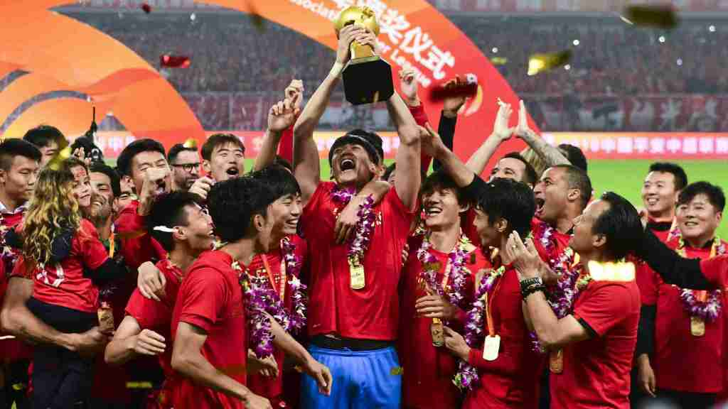 Οι παίκτες της Σανγκάη SIPG με το τρόπαιο του πρωταθλήματος ανά χείρας το 2018!