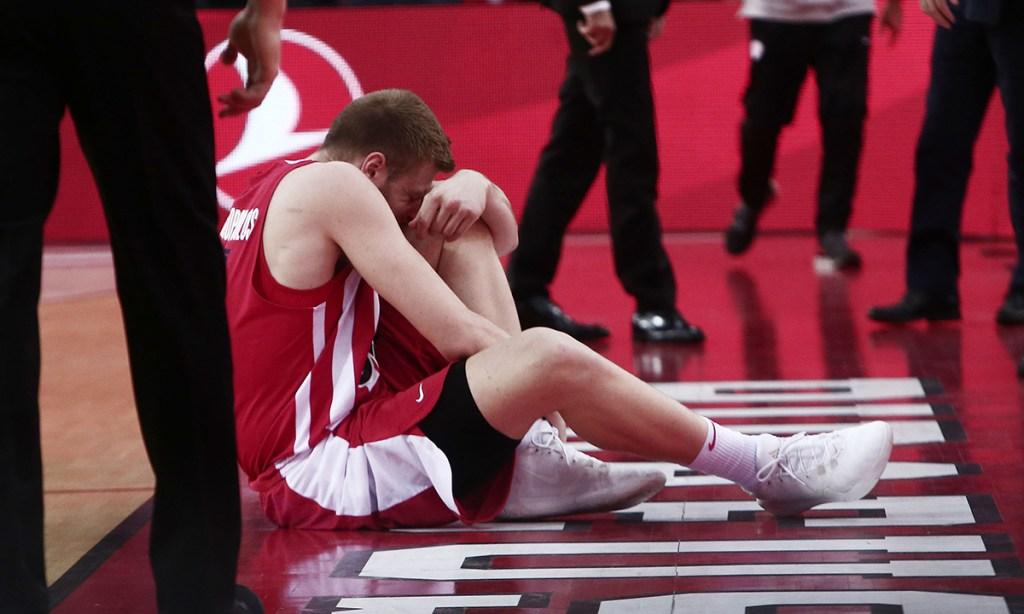 Ο Βασίλης Χαραλαμπόπουλος τραυματίζεται σε φετινό αγώνα με τον Ολυμπιακό