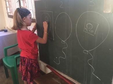 Ronja malt unseren Plan für heute an die Tafel.