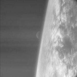 «Розетта» делает один из первых своих фотоснимков восходящей Луны