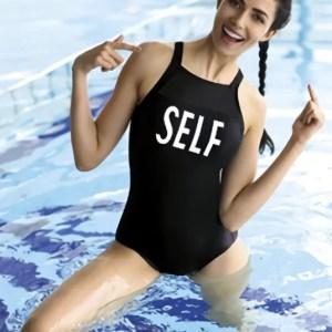 Девушка в купальнике self
