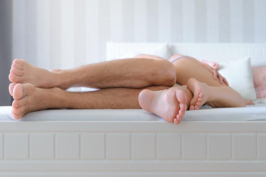 ноги в постели