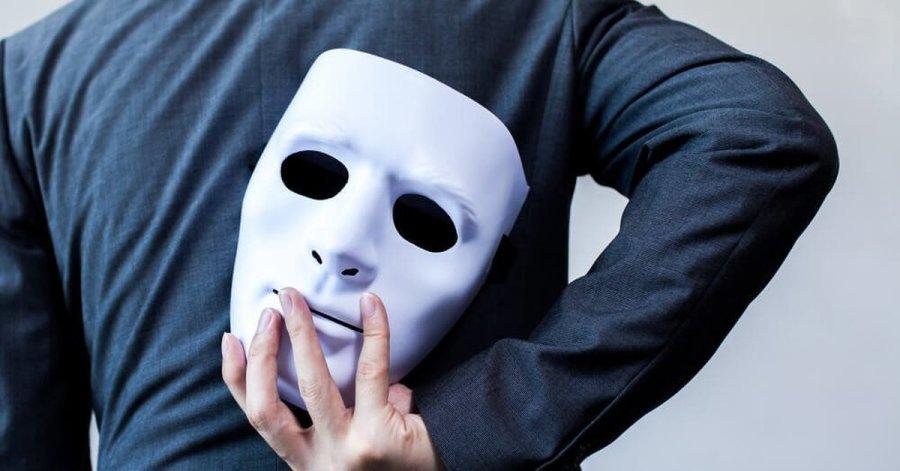 человек держит маску