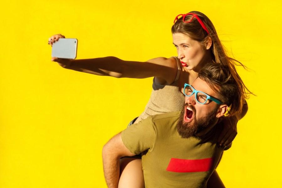 девушка и парень на желтом фоне
