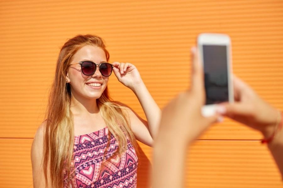 девушка делает фото в очках