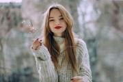 девушка с красными губами