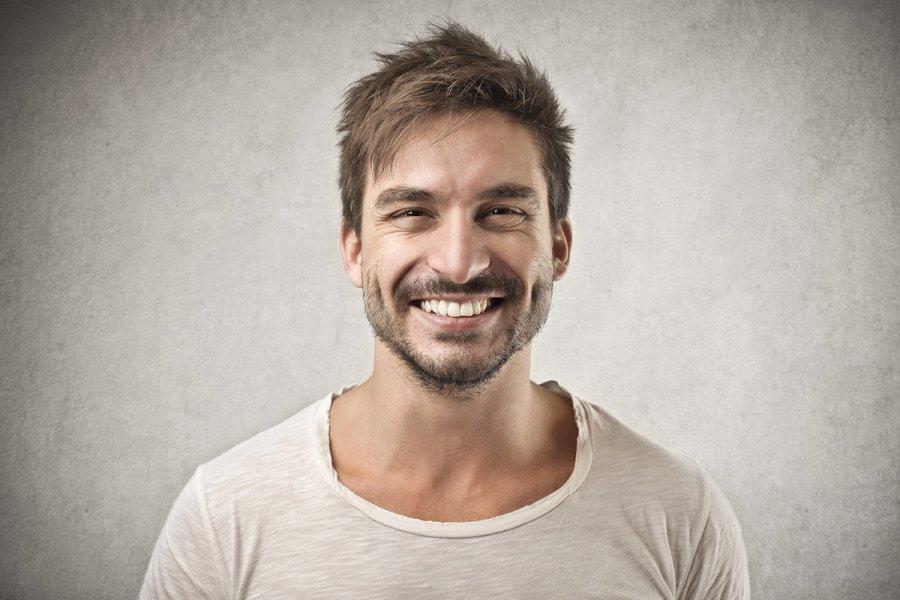 парень улыбается