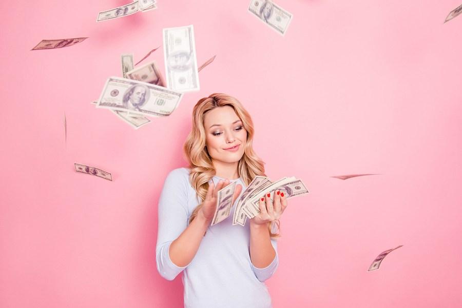 девушка сорит деньгами