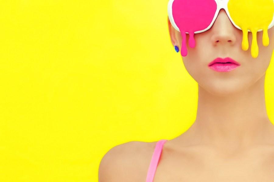 девушка в розово-желтых очках
