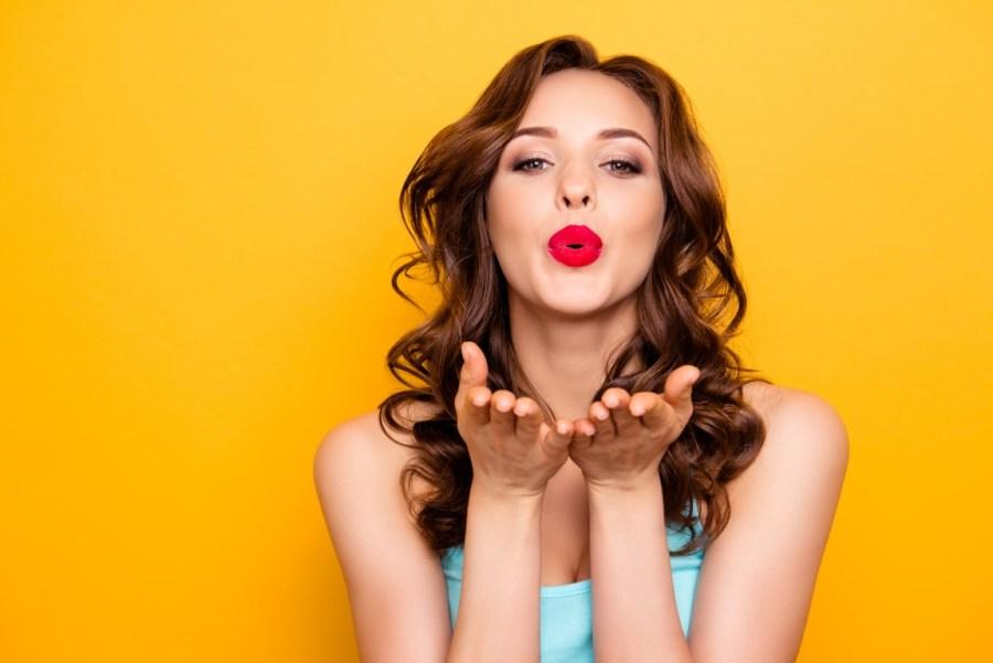 брюнетка посылает воздушный поцелуй