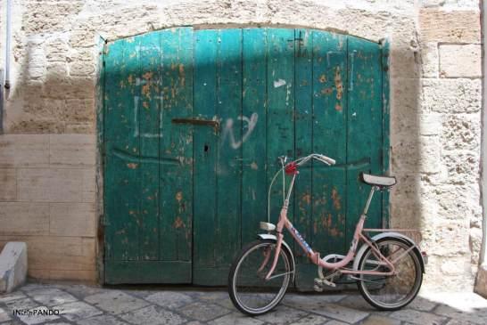 Antico portone con bici a Polignano