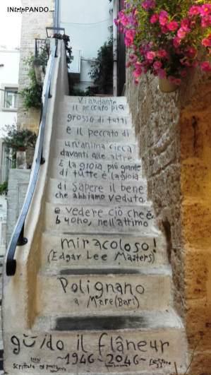 Poesia di Guido il Flaneur su scalinata a Polignano