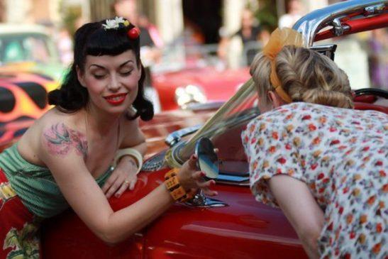 Donne e auto anni 50 al Summer Jamboree di Senigallia